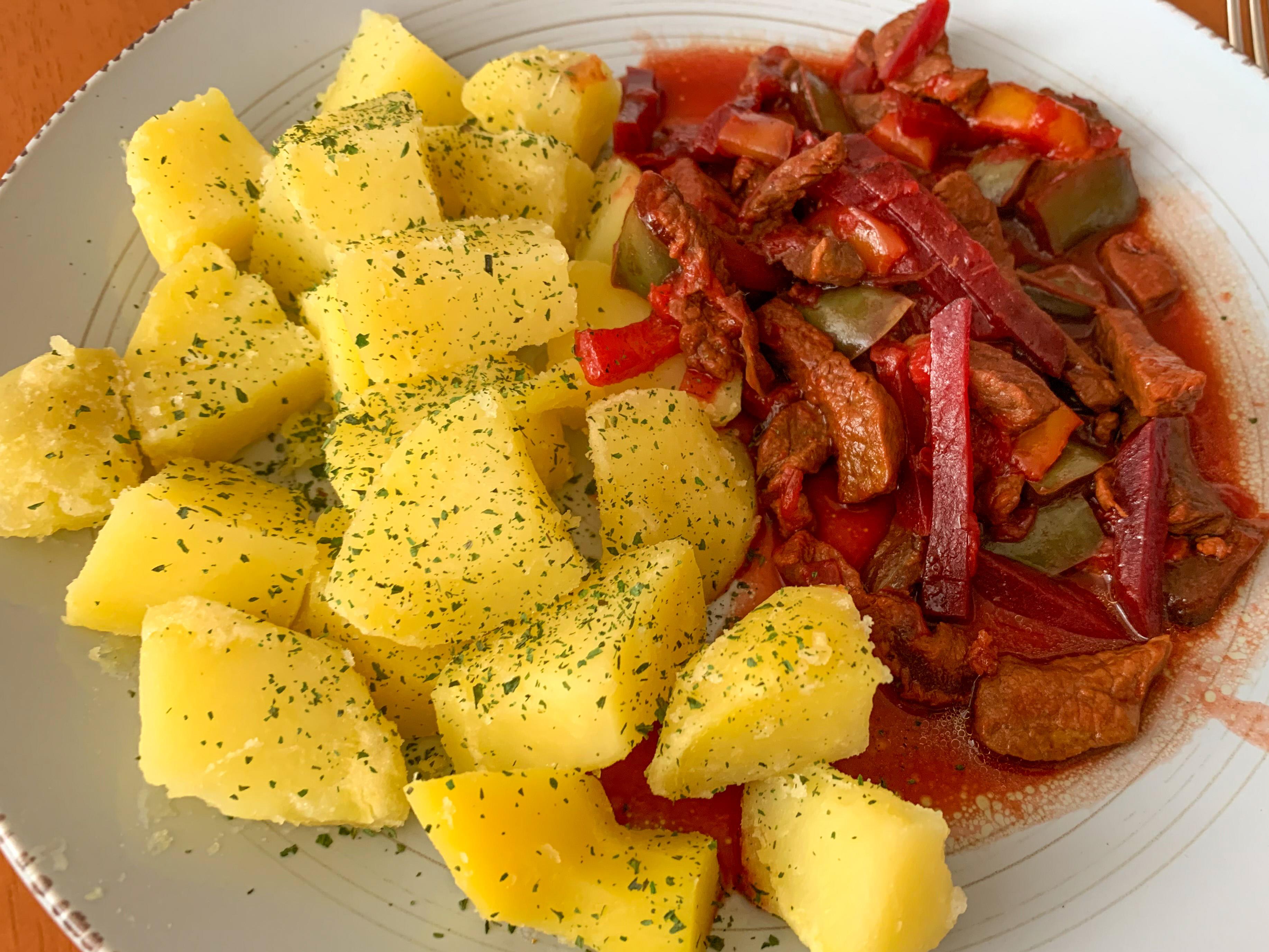 Hovězí nudličky s řepou a paprikou